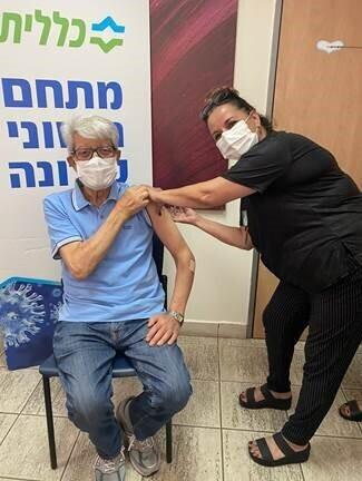 מר דוד לוי מתחסן במתחם החיסונים במרפאת עומר עפולה