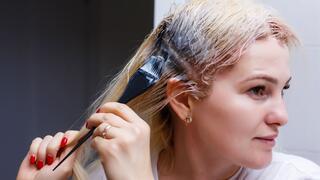 אישה צובעת שיער צביעת שיער