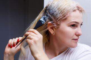 צבעי שיער או תכשירי עיצוב שיער מכילים חומרים כימיים שונים