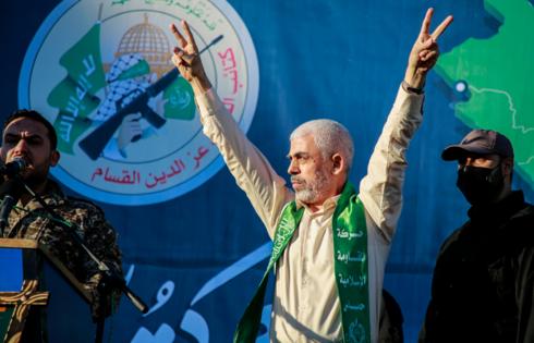 יחיא סינוואר מנהיג חמאס בעצרת בעזה
