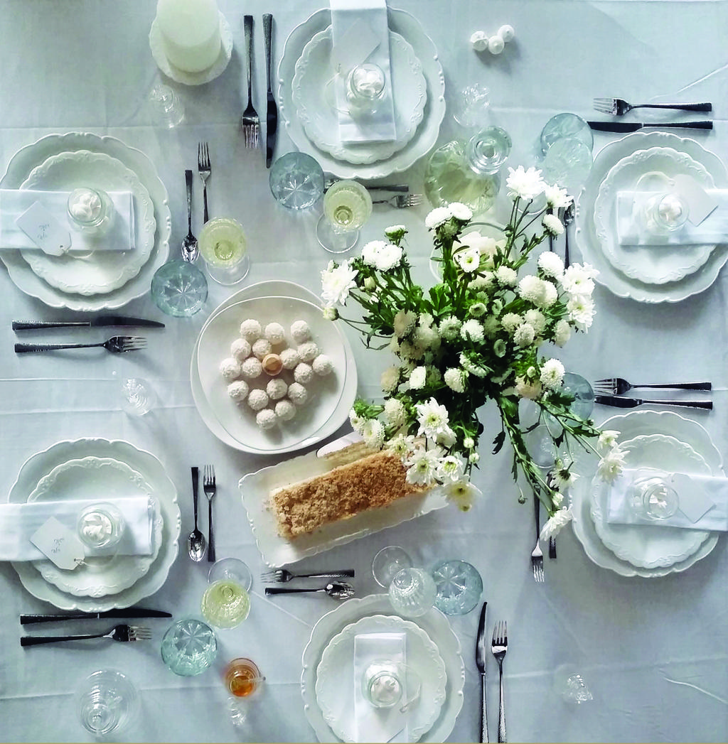 """כסות לבנה וחגיגית לשולחן החג, למראה מוקפד, רענן ונקי. להשיג ברשת ארקוסטיל קיטצ'ן. צילום: יח""""צ"""