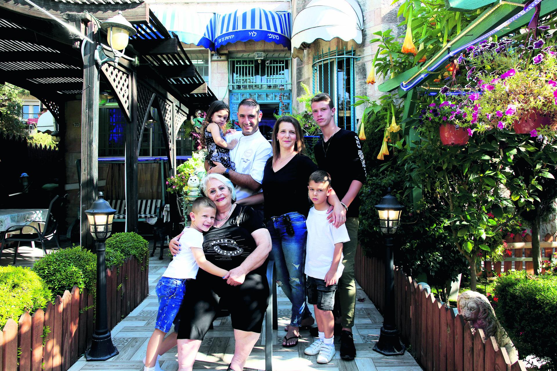 """משפחת לוי. """"כל השנים הייתי מובטל ופתאום כל המשפחה שלי עובדת בעסק""""   צילום: ריאן"""