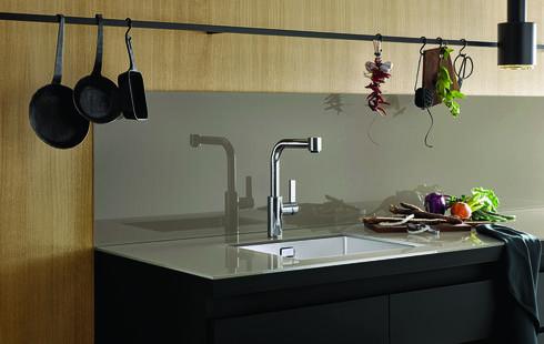 משטח הכיור ממשיך על הקיר. קולקציית הכיורים החדשה של Dornbracht שהוצגה במילאנו. להשיג ב-HeziBank