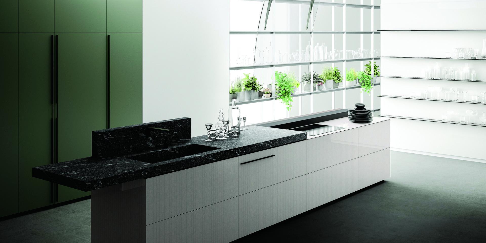 שימוש בחזיתות זכוכית צבעוניות ומודפסות, לנראות אוורירית.  מטבחי VALCUCINE