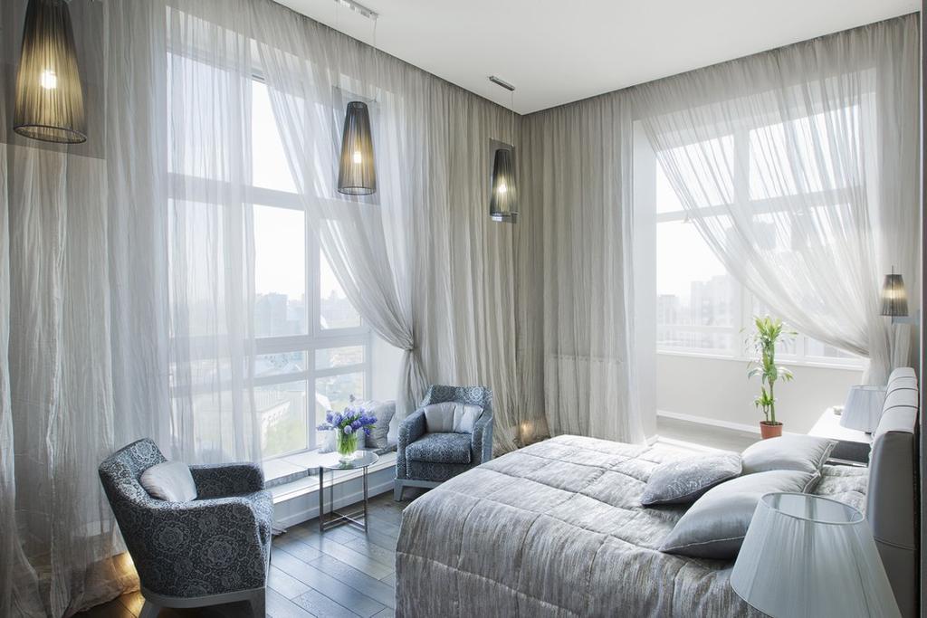 להסתיר את מסגרת החלון עם וילון מהתקרה. צילום: blinds us studio