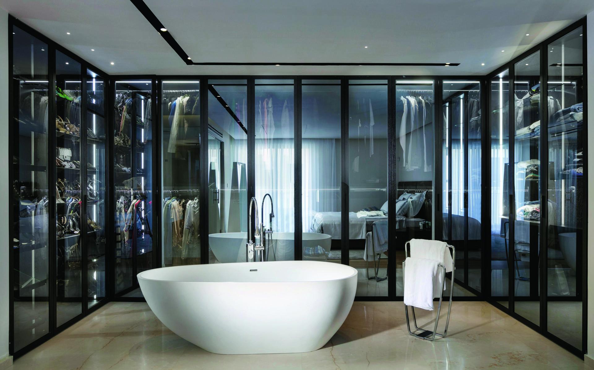אמבטיית קוריאן, רצפת אבן טבעית, ברז וכלים סניטריים מבית mody. עיצוב: צביקה קזיוף. צילום: אלעד גונן