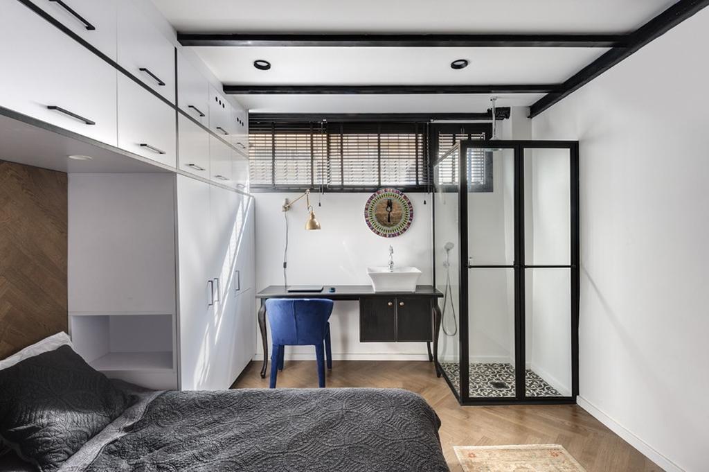שולחן עץ המתפקד גם ככיור רחצה, לצד מקלחון. צילום: עודד סמדר