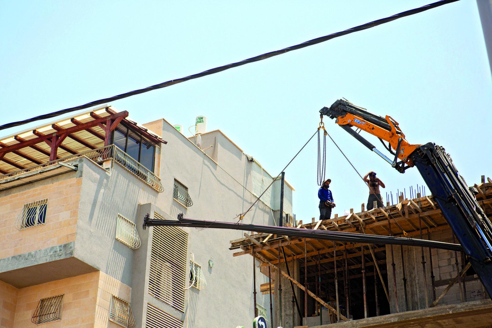 הבניין ברחוב אברבנאל. מי שמע על מעקה בטיחות? | צילום: תומי הרפז