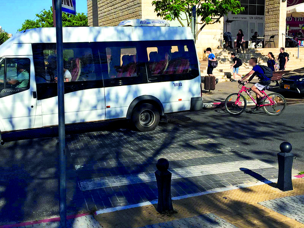 רוכב אופניים בלי קסדה במודיעין | צילום: 'אור ירוק'