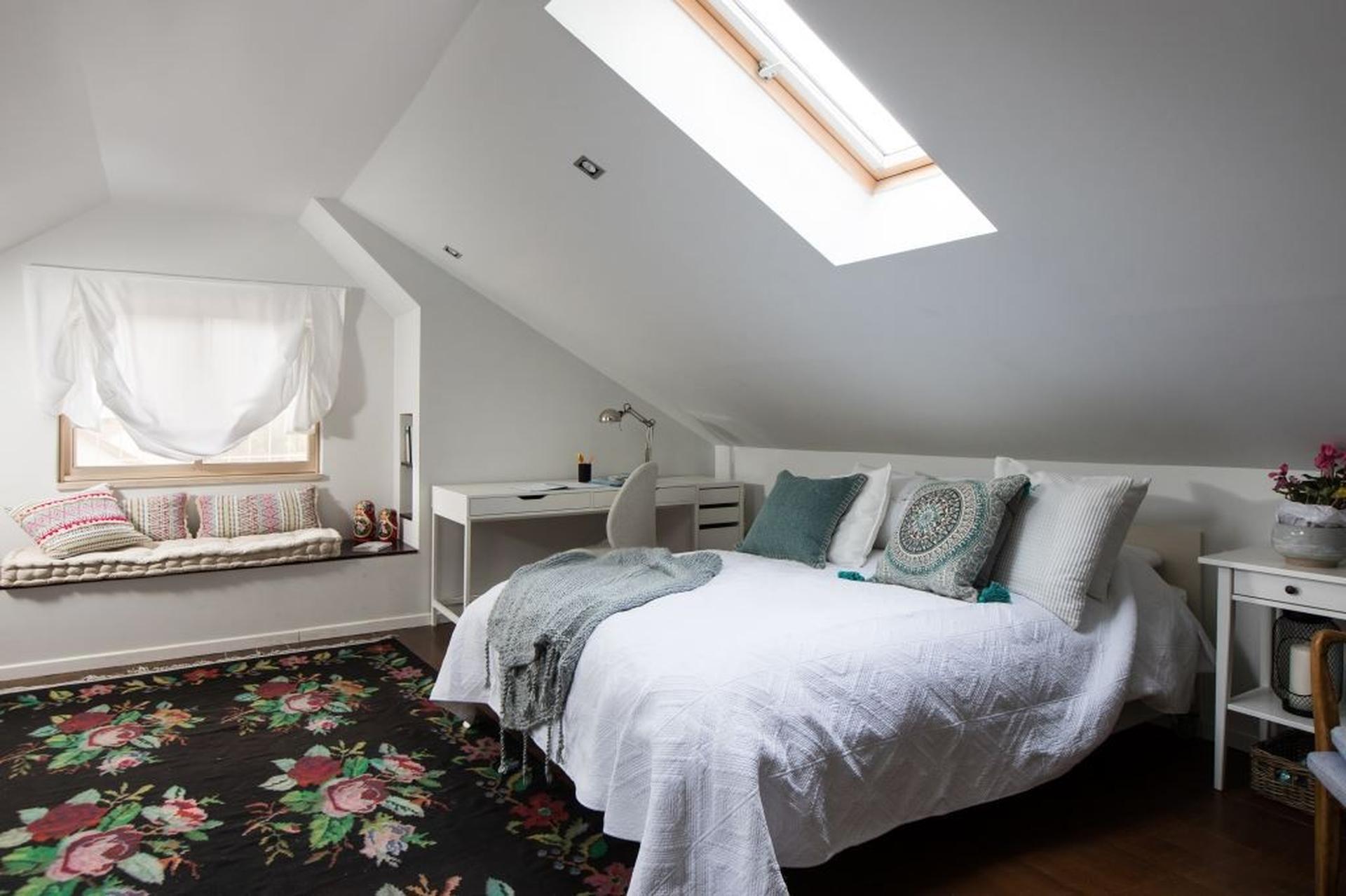 עליית הגג שהפכה לחדר שינה קסום. צילום: שירן כרמל