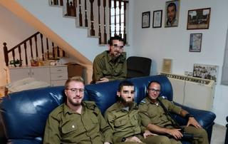 חיילים בבית אלמוג שילוני. בקרוב סניף לחיילות | צילום: העמותה