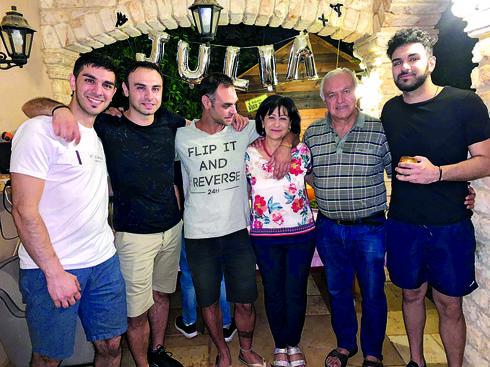 האם, האב וארבעת הבנים| צילום פרטי