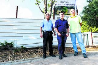 """""""לשימוש הקהילה הדתית בלבד"""". מימין: אלמוג־בר, ביהרי ואלבז   צילום: חורחה נובומינסקי"""