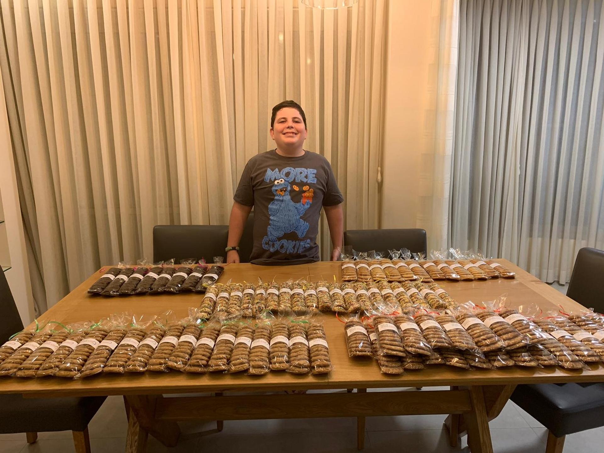 גדי שרייבר עם חלק מהעוגות שאפה. צילום: באדיבות המשפחה